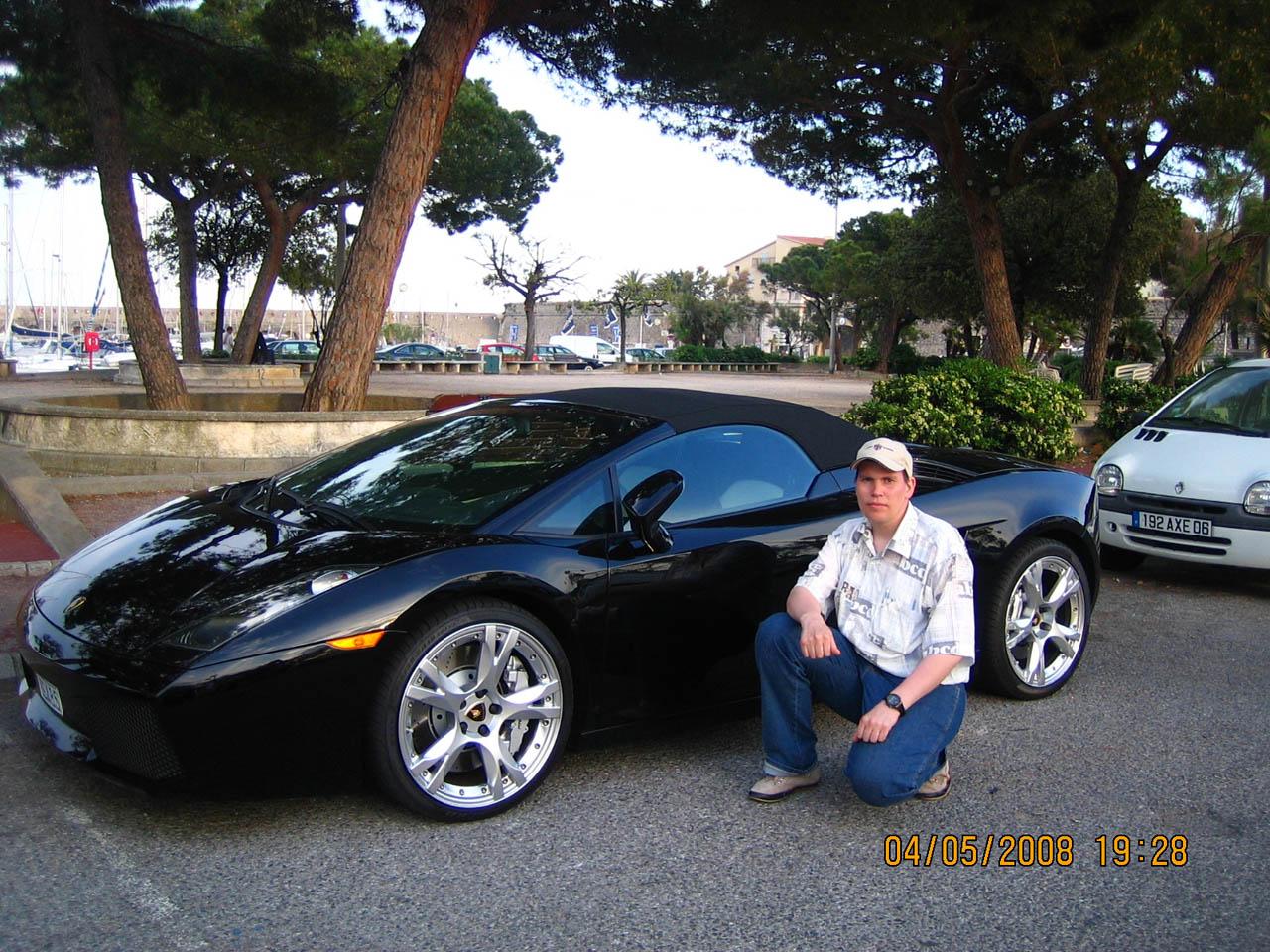 Фото на фоне машины